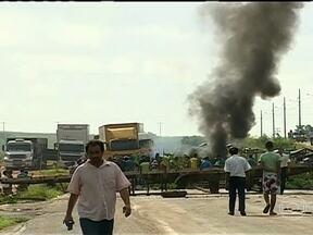 Manifestação bloqueia a BR-101 em Sergipe - Os moradores de Pau Ferro, que fica no município de Maruim, protestavam contra atropelamentos na rodovia. A liberação da pista só aconteceu depois de 15 horas, com a chegada da tropa de choque.