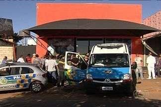 Empresário cadeirante é morto a tiros na porta de sua boate, em Aparecida de Goiânia - Dois funcionários da vítima também foram baleados: um morreu e outro ficou ferido. Polícia investiga se crime foi um assassinato ou acerto de contas.