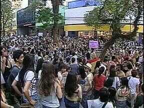 Centenas de manifestantes participam da Marcha das Vadias em Londrina - O protesto é contra o machismo e contra a ideia de que a mulher é culpada quando sofre um abuso sexual ou algum outro tipo de violência. A manifestação também lembrou os direitos dos homossexuais. No caminho eles encontraram um grupo de coroinhas.
