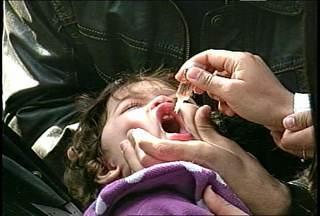 Mais de quatro mil crianças são vacinadas contra paralisia em Santa Maria, RS. - A vacinação do primeiro dia de campanha contra paralisia infantil corresponde a mais de 30% da meta do município.