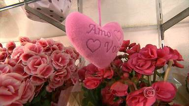 Flores, cestas e jantares têm variação de preços em BH para o dia dos namorados - A rosa pode variar até 300% de um estabelecimento para outro. A pesquisa foi realizada pelo site Mercado Mineiro.