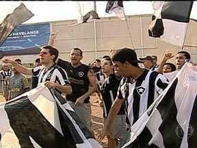 """Torcedores do Botafogo protestam contra interdição do Engenhão - Na tarde deste sábado (8), houve uma manifestação da torcida do Botafogo, chamado """"Abraço ao Engenhão"""". De acordo com a PM, cerca de 500 torcedores protestaram contra a interdição do Engenhão, que ficará interditado por um ano e meio para obras."""