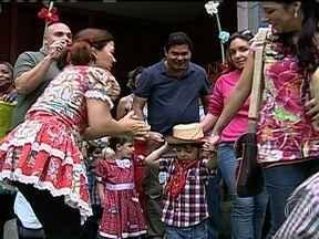 Começa a temporada de festas juninas - Nesta época do ano, a cidade do Rio de Janeiro se torna um grande arraial. Meninos e meninas se tornam caipiras e adultos voltam a ser crianças.