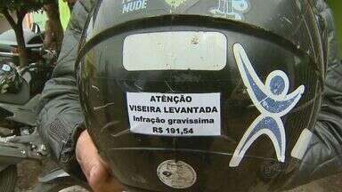 Mototaxistas modificam capacetes para não serem multados em Barretos, SP - Delegado explica que parafusar viseira também é considerada infração de trânsito.