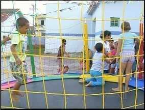 Crianças ganham festa no dia de vacinação contra pólio em Campos, RJ - Postos realizaram brincadeiras e distribuíram doces.Na cidade cerca de 30 mil crianças devem ser imunizadas.