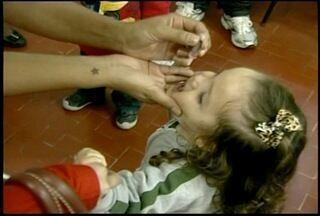 Petrópolis, RJ, abriu 70 postos de saúde para vacinação contra poliomielite - Cidade recebeu 15 mil doses da vacina contra paralisa infantil.Desde de 1989 não há registros da doença no Brasil.