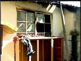 Homem coloca fogo na casa com mulher e filho em Rio das Ostras, RJ - Homem teria ateado fogo na casa após discussão com a namorada.Casal conseguiu escapar antes do fogo destruir o imóvel.