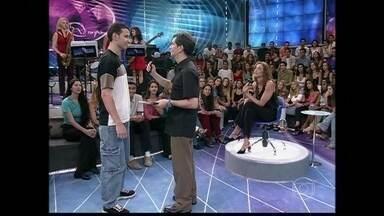 Serginho procura um menino que participou do Altas Horas em 2001 - Apresentador quer sabe informações da pessoa que fez dança russa no programa