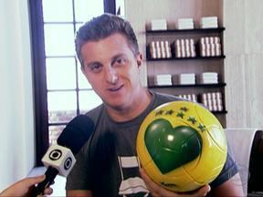 Luciano Huck autografa bola da Copa das Confederações do SPTV - O apresentador e craque Luciano Huck autografou a bola da Copa das Confederações do SPTV. É a quarta assinatura na bola. Telespectadores podem concorrer enviando vídeos bem divertido mostrando a sua torcida, a torcida de São Paulo pelo Brasil.