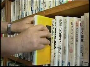 Empresário de São Miguel Arcanjo, SP, constrói biblioteca com acervo japonês - Intenção é criar um espaço para consulta de arquivos do Japão, e também para manter os laços com a tradição do seu país de origem. No local há milhares de livros e vídeos. A imigração japonesa para o Brasil completa 105 anos este mês.