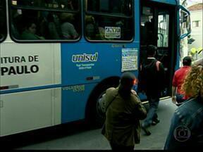 Passageiros calculam custo do aumento da passagem de ônibus no orçamento - O aumento no preço da passagem pesa no orçamento de milhares de pessoas no final do mês. O consultor financeiro Marcos Crivelaro aponta os itens que estão embutidos no valor da tarifa de ônibus.