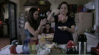 Márcia prepara um lanche especial para Atílio - Valdirene fica impressionada ao descobrir que o hóspede da mãe não conhece mortadela