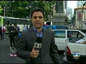 Repórter mostra como amanheceu o Centro do Rio de Janeiro, após noite de protestos - Dois carros, que foram incendiados, ainda estavam em frente à Alerj