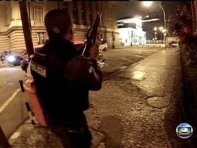 Imagens mostram policiais atirando durante manifestação no Centro - As imagens, obtidas com exclusividade, mostram o momento em que os policiais começam a atirar, perto da Alerj.