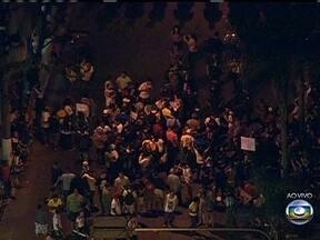 Manifestação reúne milhares de pessoas no centro de São Gonçalo - A estimativa é de que cinco mil pessoas participaram do protesto. A maioria dos manifestantes seguiu pacificamente em protesto. Um grupo pequeno tenta impedir a circulação dos ônibus.