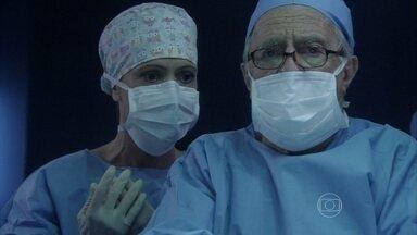 Lutero falha no centro cirúrgico - Jacques termina a cirurgia de Paulinha