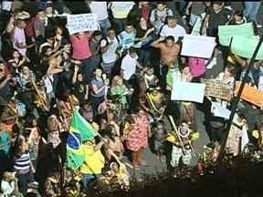 Grupo de índios se junta aos manifestantes de Brasília - Agora a pouco, um manifestante lançou uma bomba em direção ao bloqueio da polícia no Congresso, mas a provocação não gerou confronto e a manifestação segue tranquila.