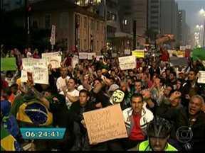 Protesto em SP ocupa Av. Paulista, estradas e tem tumulto com militantes - Um dia depois do anúncio da revogação do aumento da tarifa do transporte público em São Paulo e em cidades da Grande São Paulo, manifestantes voltaram à Avenida Paulista na quinta-feira (20). O ato durou 6 horas e reuniu 100 mil pessoas.