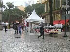 Educadores e funcionários das escolas estaduais protestam em Curitiba - A manifestação foi ontem, no centro de Curitiba