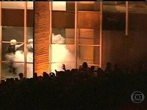 Palácio do Itamaraty é atacado por vândalos - Segundo o balanço parcial, cerca de 25 vidraças foram quebradas no Palácio do Itamaraty. A força nacional teve que agir com violência contra os manifestantes.