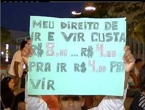 Manifestantes fazem segundo dia de protesto pacifico em Cabo Frio, RJ - Cerca de 400 pessoas se reuniram na praça Porto Rocha.Avenida Teixeira e Sousa foi interditada por 20 minutos.