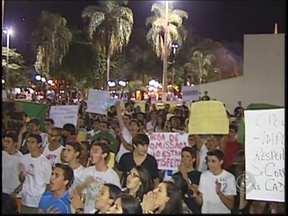 Protesto em Mirassol, SP, reivindica melhorias e reúne mil pessoas - O protesto em Mirassol (SP) reuniu manifestantes em frente à Praça Anísio José Moreira nesta quinta-feira (20). A aglomeração começou às 18h. Uma passeata começou às 19h.