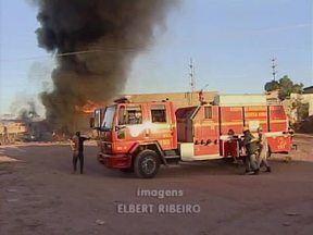 Cabos de alta tensão caem sobre caminhões de combustíveis e causam incêndio na zona Sul - Cabos de alta tensão caem sobre caminhões de combustíveis e causam incêndio na zona Sul. Incêndio assusta moradores.