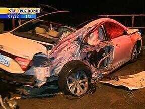 Três pessoas ficaram feridas em acidente nesta madrugada - Colisão de um carro em poste aconteceu na Avenida Bento Gonçalves.