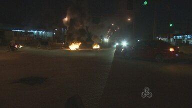 Manifestantes queimam pneus no trecho de um dos viadutos em Porto Velho - Polícia Militar prendeu 2 pessoas acusadas de incitar a violência durante o protesto.