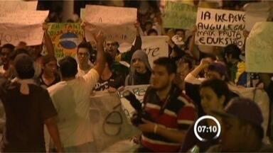 Protesto reúne cerca de 18 mil pessoas em Taubaté - Em Taubaté, pelo menos 18 mil pessoas deixaram a Praça Santa Terezinha, protestando com faixas, cartazes e apitos. Por volta das 18h, os manifestantes seguiram para a prefeitura e em seguida passaram pela Câmara Municipal e Praça Dom Epaminondas.