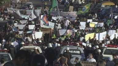 Cerca de 20 mil manifestantes se reuniram ao protesto nacional em Porto Velho - Após a concentração na Estrada de Ferro Madeira Mamoré e percorrer algumas ruas de Porto Velho, os manifestantes seguiram para o trecho da BR 364 onde estão sendo construídos os viadutos.
