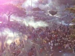 Confrontos também são registrados no Vale dos Barris e na Av. Centenário - Ônibus foram queimados por manifestantes.