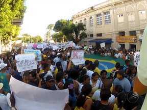 Milhares de pessoas participam de protesto em Salvador na última quinta - Em frente à Praça Municipal, manifestantes e turistas dividiram o espaço em clima de paz.