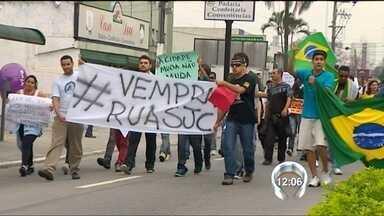 Dez mil participam de protestos em São José dos Campos (SP); grupo fecha a Dutra - Dez mil pessoas foram para as ruas de São José dos Campos (SP), durante os protestos desta quinta-feira. O movimento começou no centro da cidade e terminou na via Dutra que ficou fechada por cerca de cinco horas.