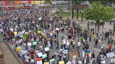 Manifestantes fazem protesto em Jacareí (SP) - Cerca de 7 mil pessoas participaram de protestos no centro de Jacareí (SP). Grupo fechou a via Dutra.