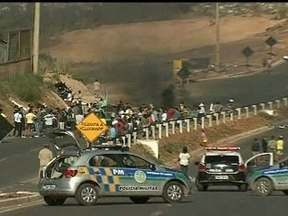 Manifestantes fecham rodovia que liga Novo Gama ao Lago Azul - O protesto pacífico foi por melhores condições na saúde, educação e no transporte público. A Polícia Militar acompanhou, de longe, sem nenhum confronto.