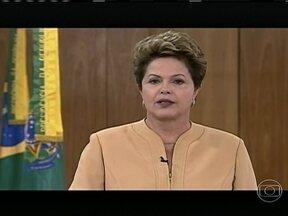 Dilma promete mais dinheiro para educação e diz que violência envergonha país - Em cadeia nacional de rádio e TV, a presidente Dilma Rousseff também prometeu diálogo com os manifestantes pacíficos e convocou pacto com prefeitos e governadores para melhorias dos serviços públicos.