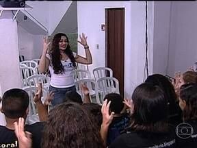Voluntária que criou o 'Coral da Rocinha' dá exemplo de cidadania para os cariocas - A carioca de Jacarepaguá que trabalha durante a semana como esteticista já trabalha há 12 anos com as crianças na Favela da Rocinha. Gabriela Alves Marques é voluntária da ONG Comunitá Rio.