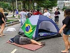 Manifestantes acampam na Avenida Delfim Moreira, no Leblon - Os ativistas estão acampados desde a noite da última sexta-feira (22) na esquina da Avenida Delfim Moreira, no acesso da rua onde mora o governador Sérgio Cabral.