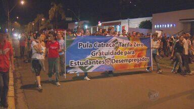 Manifestantes fecham Rodovia Luiz de Queiroz na sexta-feira em Piracicaba - A manifestação em Piracicaba começou pacífica, mas terminou em confronto. Um grupo de pessoas fechou os dois sentidos da Rodovia Luiz de Queiroz e atearam fogo em pneus.