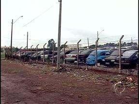 Detran vai leiloar quase seiscentos veículos em Londrina - O pátio na avenida Brasília está lotado com mais de dois mil veículos apreendidos, entre carros e motos. Outro problema do Detran é a falta de funcionários. Uma unidade está sendo montada no Londrina Norte Shopping, mas faltam servidores.