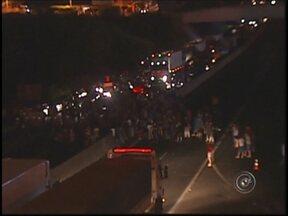 Manifestantes descumprem acordo com polícia e fecha rodovia W. Luiz em Rio Preto, SP - Em São José do Rio Preto, quatro mil pessoas, segundo os próprios manifestantes, percorreram as principais avenidas em mais um pedido de mudanças. O movimento foi pacífico, mas saiu do controle quando os estudantes deixaram a rota combinada.