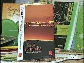 Domingos Pellegrini faz relançamento do livro Terra Vermelha - O romance, ambientado no século passado, faz um resgate da história familiar do autor que mistura realidade e ficção para retratar também a história de Londrina. Pellegrini explicou porque o livro, na sexta edição, ainda encanta tanta gente.