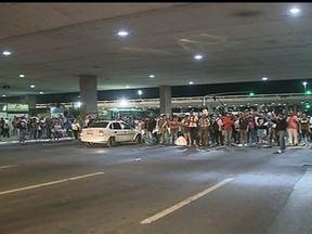 Passageiros de Valparaíso de Goiás ficam sem ônibus por causa de protesto - Por causa da manifestação, os passageiros ficaram até de madrugada na rodoviária do Plano Piloto sem ônibus para voltar para o entorno. Como forma de protesto eles fecharam o eixo monumental.