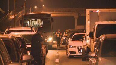 Manifestantes bloqueiam a rovodia Régis Bittencourt em dois trechos - Um bloqueio foi na altura de Registro e o outro em Miracatu