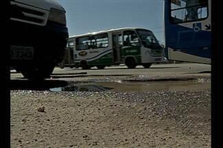 Buracos na BR-316 prejudicam transporte coletivo - Passageiros reclamam que precisam se arriscar no meio do trânsito para subir e descer dos coletivos.