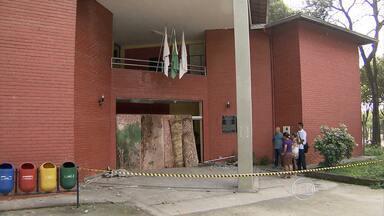 Câmara Municipal de Ribeirão das Neves é depredada - Ônibus também foram apedrejados pelos manifestantes.