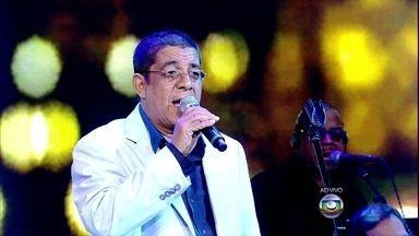 Zeca Pagodinho canta clássico de Cartola - Acompanhado da banda, ao vivo, ele entoa versos de 'O sol nascerá'