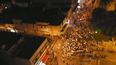 Manifestantes fazem passeta pelas ruas de Alfenas, MG - Manifestantes fazem passeta pelas ruas de Alfenas, MG