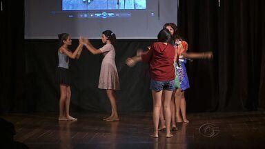 Projeto transforma o teatro em aliado contra a exploração sexual infantil - Mais de cem crianças de três municípios alagoanos, Maceió, Barra de São Miguel e Paripueira, participaram de uma oficina de interpretaçào e o resultado desses trabalho foi apresentado no palco do Teatro Deodoro.